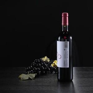 """Botella de vino tinto """"Petit Baldomà"""" etiqueta"""