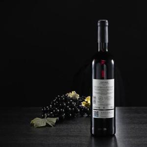 Botella de vino tinto JOC, D.O. Empordà